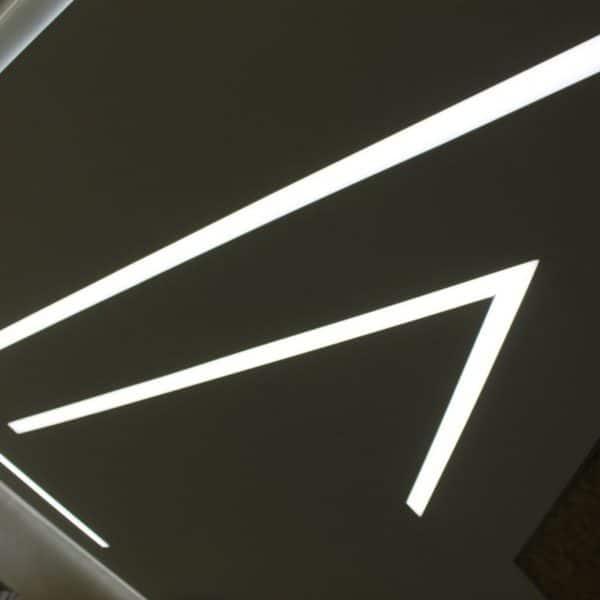 Натяжные потолки парящие линии на фото